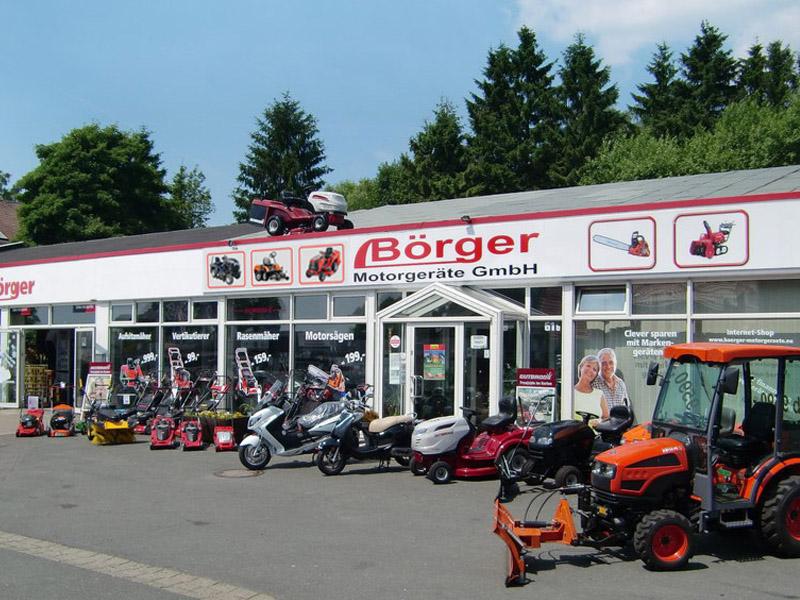 Boerger-Motorgeraete-Harz-Gartentechnik-Gartengeraete-Aussenansicht-im-Sommer